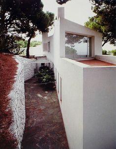 Casa Ugalde - Coderch 07 Mediterranean Architecture, Spanish Architecture, Building Exterior, Building A House, Casa Patio, Backyard, Outdoor Structures, Deco, Places