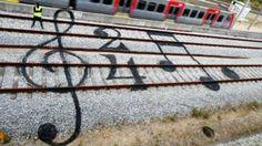 El artista portugués Bordalo II, conocido como Artur Bordalo, ha creado su arte de manera muy original, en las vías del tren de Lisboa.(Orange Uk).
