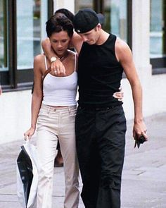 David and Victoria Beckham in London, 1998 Victoria Beckham Outfits, David Und Victoria Beckham, Victoria Beckham Stil, Victoria And David, David Beckham, Celebrity Couples, Celebrity Style, Uni Fashion, Petite Fashion