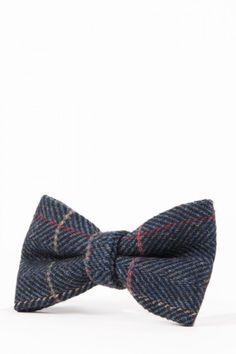 You can't go wrong with this classic grey tweed bow tie. Made to match the infamous Marc Darcy Scott range, this slick bow tie will look great when teamed with a crisp white shirt, Scott waistcoat and indigo jeans Mens Tweed Suit, Tweed Suits, Navy Bow Tie, Tie Bow, Mens 3 Piece Suits, Luxury Ties, Crisp White Shirt, Knit Tie, Velvet Fashion