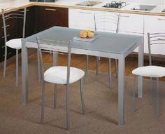 Pack Gida-Cadell: Conjunto de mesa metálica, con tapa de cristal ,blanco o naranja. Cuatro sillas metálicas tapizadas en  blanco o naranja. Se sirve en Kit de muy fácil montaje y con instrucciones claras. Cristal templado de 6.5mm. Estructura metálica con recubrimiento epoxi-poliester. Patas con tapas de plástico antirrayado. Tapizado en PU lavable.  Se incluyen ventosas para sujetar la tapa. .