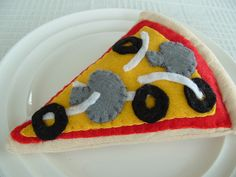 Mushroom, onion and black olive topped felt pizza. #felt #crafts #food #felt_food #DIY #cute #kawaii