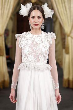 FLORA-Vestido de cuerpo ajustado en chantilly y tul bordado con flores aplicadas.