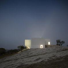 Vista nocturna. Casa en Fontinha por Manuel Aires Mateus y SIA Arquitectura. Fotografía © Fernando Guerra. Señala encima de la imagen para verla más grande.