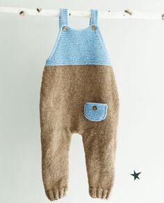 Weiche und gemütliche Baby Einteiler Hand gestrickte in braun und blau Wollgarn. Kleine Tasche wurde für einen besonderen Touch hinzugefügt. Diese Hand