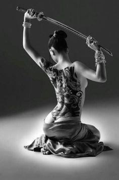 侍女子!日本刀を持った刺青女子達のカッコイイセミヌード画像! | エロいアダルト画像・動画.com