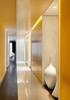 A passarela de vidro branco perpassa o apartamento, da entrada à escada que leva ao terraço.
