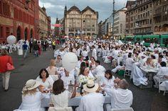 Weisse Massen und bunte Farbtupfer in der Innenstadt – Eindrücke vom White Dinner Basel |TagesWoche