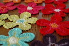 Anleitung häkelbume. Flower tutorial in German. A translation for the stitches in English or Dutch can be found here http://annemarieshaakblog.blogspot.ie/2012/06/crochet-flowers.html @Af's 23/1/13