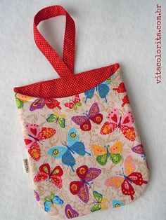Lixeira para carro Patchwork Bags, Quilted Bag, Sewing Crafts, Sewing Projects, Girls Camp, Fabric Bags, Little Bag, Couture, Diy Projects To Try