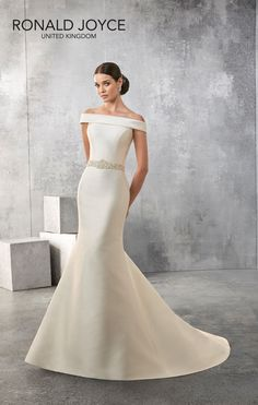Such a gorgeous #newarrival 'Amanda' #69153 #ronaldjoyce. Contact us to try her on ;-) #mikardo #weddingdress
