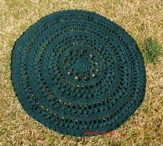 Crochet en 80 labores: Alfombra de trapillo verde que te quiero verde, Crochet rug, tapete; this would also make a nice circular jacket (just add armholes)