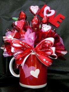 Valentine Candy Bouquet in a mug Bouquet Cadeau, Candy Bouquet Diy, Valentine Bouquet, Gift Bouquet, Valentines Day Baskets, Valentines Day Decorations, Valentine Day Crafts, Bouquet St Valentin, Diy Valentine's Gift Baskets