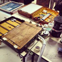 Portable print studio Art Studio Decor, Diy Screen Printing, Expressive Art, Art Education, Letterpress, Art Lessons, Making Ideas, Printmaking, Printing On Fabric