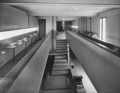 Foto storica dell'esposizione delle macchine Olivetti - © Giacomelli - Associazione Archivio Storico Olivetti, Ivrea - Italy (divieto di riproduzione)
