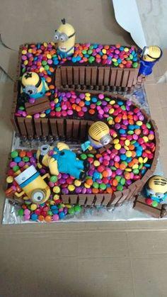 the Birthday we have a cake with Minions and Ca .- Beim Geburtstag haben wir einen Kuchen mit Minions und Candy, den jedes Kind lieben würde On the birthday we have a cake with minions and candy that every kid would love have - Fancy Cakes, Cute Cakes, Bolo Minion, Minion Cakes, Minion Birthday, Cake Birthday, Minion Party, Birthday Stuff, Birthday Ideas