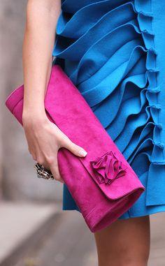 Las ganadoras de VFNO en la calle. El bolso de mano de color fucsia lo compró en un viaje a Italia.