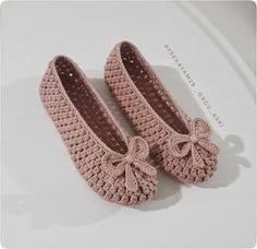 Best 12 popcorn stitch baby shoes – skillofking com Crochet Slipper Pattern, Crochet Shoes, Crochet Crafts, Crochet Projects, Crochet Flip Flops, Beaded Shoes, Shoe Pattern, Knitted Slippers, Crochet Accessories