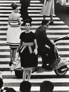 Dresses Capucci, American Vogue, April photo by William Klein Moda Vintage, Vintage Mode, Vintage Vespa, Vintage Dior, Vintage Dresses, 1960s Fashion, Moda Fashion, Vintage Fashion, Chanel Fashion
