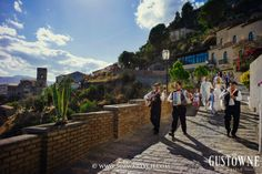 Para Młoda prowadzona przez tradycyjny sycylijski zespół na przyjęcie weselne / Bride and Groom are led by traditional sicilian band to the place of wedding reception