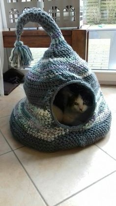 Crochet Cat Bed Diy Kitty Ideas Learn the rudiments of how to needlework (generic term), at the Crochet Mandala Pattern, Crochet Patterns, Lit Chat Diy, Chat Crochet, Diy Crochet, Crochet Cats, Diy Cat Bed, Cat Cave, Cat Room