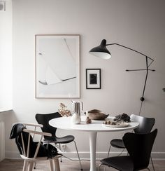 Fine and elegant dining area Living Room Modern, Home Living Room, Dining Room Design, Dining Area, Black And White Dining Room, Beautiful Dining Rooms, Buying A New Home, Minimalist Home Decor, Elegant Dining