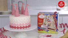 Zum Prinzessinnen- Kindergeburtstag gehört auch eine gebührende Schlosstorte mit zuckersüßen Türmen und Fähnchen. Unser Video zeigt euch, wir ihr unsere Torte in ein Schloss verwandelt.