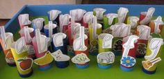 Abecedario de rollos de papel reciclado con objetos asociados.