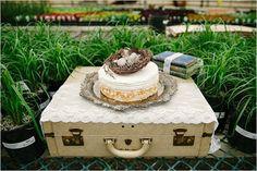 Si te gusta el estilo vintage, te ofrecemos estas bonitas ideas de decoración con maletas y llenar los rincones de tu boda de encanto.
