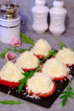 Pomidory z czosnkiem i serem to przepyszna przekąska, którą chętnie robią moi rodzice. Teraz, gdy pomidory są najsmaczniejsze przypomnieli mi o tym przepisie, zatem i ja podzielę się nim na blogu. Cooking Recipes, Healthy Recipes, Dessert Drinks, Keto Snacks, Food Design, Brunch Recipes, Food And Drink, Appetizers, Yummy Food