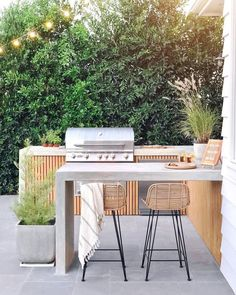 Excellent Private City Garden Design Ideas With Beach Vibes 37 Outdoor Barbeque Area, Outdoor Bbq Kitchen, Patio Kitchen, Outdoor Kitchen Design, Bar Kitchen, Kitchen Ideas, Outdoor Cooking Area, Barbecue Area, Outdoor Kitchens
