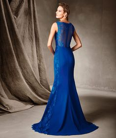CIPRIANE, Gorgeous long dress in crepe and lace. A unique mermaid creation that combines two fabrics to perfection with a distinctive result, particularly on the sides and back where the craftmanship that went into this wonderful gown stands out.