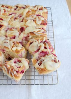Raspberry swirl sweet rolls / Pãezinhos de framboesa by Patricia Scarpin, via Flickr