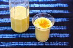 Boisson indienne : la recette du lassi banane-curcuma Indian Food Recipes, Healthy Recipes, Ethnic Recipes, Asian Cooking, Glass Of Milk, Panna Cotta, Detox, Gluten, Pudding