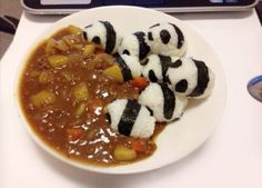 日本人のごはん/お弁当 Japanese meals/Bento. パンダ突撃カレー Pandas in Curry. パンダ、行きまーすっ!ドボーン!ドボーン!ズブブブ…カレーに突っ込むパンダ型おむすび群…