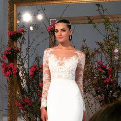 Prett dress and equally stunning headpiece! @AnneBargeBride #AnneBarge ✨ #munafashion ✨ #nybfw #bridalfashionweek #bridalmarket # fashionweek #style #weddinggowns
