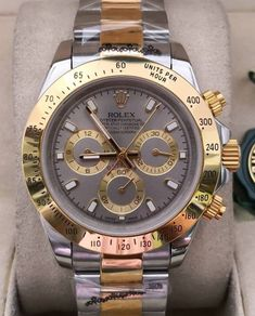 Relógio Rolex – Cosmograph Daytona – Prata & Dourado Fundo Cinza – Réplica Premium AAA+ Rolex Cosmograph Daytona, Rolex Watches, Woman Watches, Tumblr Outfits, Luxury