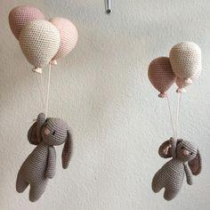 Kaja Kanin i godt selskab. Crochet Bear, Diy Crochet, Crochet Toys, Crochet Baby Mobiles, Crochet Mobile, Baby Knitting Patterns, Crochet Patterns, Free Knitting, Crochet Decoration