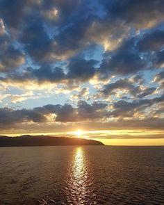 Reposting @2teaspictures: #Marlboroughsound #newZealand #sunset #sunrise #sunsetsandsunrises #sunsetsky #sun #thesun #nature #naturephotography #natureza #sea #thesea #boats #clouds #cloudporn #best_sky #bestskyshots #like4like #like4like #awesomeday
