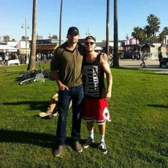 Tom Welling with fans Venice Beach, L.A. (Dec 30)