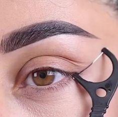 A friend& eyeliner hack tag at @ farahpromakeup . - A friend& eyeliner hack tag at @ farahpromakeup . # … – A friend& eyeliner hack tag at @ farahpromakeup . Eyebrow Makeup Tips, Makeup Eye Looks, Eyeliner Hacks, Eye Makeup Steps, How To Apply Eyeliner, Skin Makeup, Eyeshadow Makeup, Easy Eyeliner, Gold Makeup
