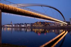 In de wintermaanden is het centrum van Maastricht heel mooi versierd met allemaal lichtjes. De perfecte besteming voor de koude en knusse wintermaanden! 3 N, Coffee To Go, Resorts, Netherlands, Winter, Travel, Blog, The Nederlands, Winter Time