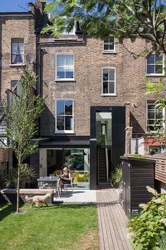 Victorian house renovation in vibrant East London – Home Renovation Townhouse Garden, London Townhouse, London Apartment, London House, Victorian Terrace House, Victorian Homes, Victorian Townhouse, Victorian London, Patio Design