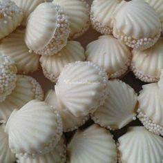 Choc molds con beso de coco en el interior y pearls Cute Desserts, Wedding Desserts, Wedding Cakes, Our Wedding, Dream Wedding, Wedding On The Beach, Elegant Wedding, Mermaid Birthday, Cake Designs
