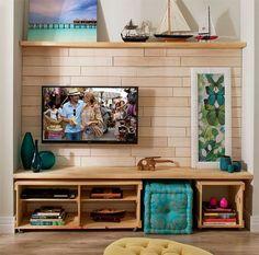 Sala de TV com bancada e caixotes de madeira