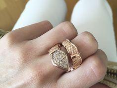 Maxi sortija con textura de serpiente en plata recubierta de oro rosa de 18kts y circonitas coñac. Sortija color almendra tostada. Blog Marina García Joyas