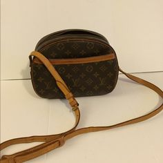 """Louis Vuitton bag shoulder bag Crossbody LV Authentic LV shoulder bag.                           Brand: louis vuitton.                           Measurement approx:                                                    L 9.8"""" x H 7.5"""" x W4.3"""".                                   Condition: used and has sign of wear, inside pocket is very sticky and peeled. Other then that very good condition.                                                      Date code reads: NO0975. Louis Vuitton Bags…"""