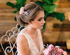 Além das lindas flores feitas à mão, a #CoroaBardot possui delicados bordados laterais e tiara de pérolas, que acompanha o tom das pétalas (escolhidos pela noiva). 💕🌸✨ Compre diretamente pelo site: www.tullenoivas.com ou peca pelo nosso e-mail: tullecontato@gmail.com • Foto: @AlmirVargas