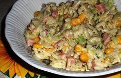 Sałatka z makaronem ryżowym, szynką, ogórkiem i kukurydzą