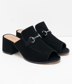 Sapato feminino   Material: Nobuck sintético  Mule  Marca: Satinato      COLEÇÃO INVERNO 2017     Veja outras opções de    sapatos femininos.        Sobre a marca Satinato     A Satinato possui uma coleção de sapatos, bolsas e acessórios cheios de tendências de moda. 90% dos seus produtos são em couro. A principal característica dos Sapatos Santinato são o conforto, moda e qualidade! Com diferentes opções e estilos de sapatos, bolsas e acessórios. A Satinato também oferece para as mulheres…
